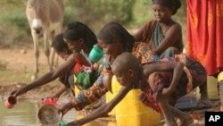 정화시설이 없어 오염된 식수를 마시는 아프리카 어린이들