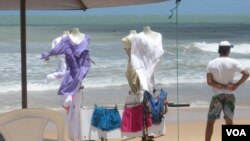 Las ropas cortas y con transparencias se venden por todas partes en Brasil.