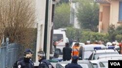 Polisi Perancis dan pemadam kebakaran mengepung sebuah gedung di Toulouse, tempat persembunyian tersangka penembakan di sekolah Yahudi.