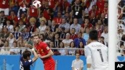 Jan Vertonghen, de la selección de Bélgica, remata de cabeza para anotar el primer tanto ante Japón en un duelo de los octavos de final de la Copa del Mundo, efectuado el lunes 2 de julio de 2018, en Rostov del Don, Rusia