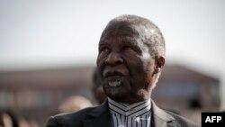 L'ancien président sud-africain Thabo Mbeki participe à l'initiative mondiale «Walk Together» du groupe de Nelson Mandela, The Elders, lors de la célébration du 100e anniversaire de Nelson Mandela à Constitution Hill, à Johannesburg, le 18 juillet 2018.