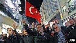 Hàng ngàn người, trong đó có nhiều sinh viên tuần hành trong thủ đô Ankara ủng hộ quân đội, nhiều người hô khẩu hiệu lên án chủ nghĩa khủng bố