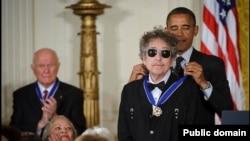 Penyanyi ternama AS, Bob Dylan ketika menerima 'Presidential Medal of Freedom' dari Presiden Obama di Gedung Putih, pada tahun 2012 (foto: ilustrasi).