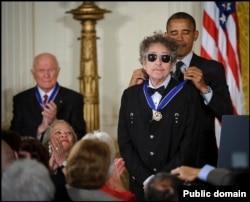 Президент Барак Обама нагородив Боба Ділана Президентською медаллю Свободи