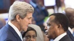 Secretair d'Etat ya kala ya Etats-Unis mpe motindami ya Amerika mpo etali climat, John Kerry (G) na président Denis Sassou N'Guesso ya Congo-Brazzaville (d) na bokutani na Washington. 6 août 2014.