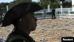 Cảnh sát đứng gác bên cạnh các gói cocaine bị tịch thu ở cảng Cartagena, 22/1/2013.