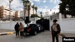 نیروهای امنیتی در برابر سفارت مصر در طرابلس. ۲۵ ژانویه ۲۰۱۴