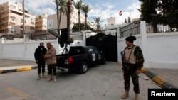 Nhân viên an ninh đứng trước Đại sứ quán Ai Cập ở Tripoli, 25/1/14