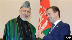 Президенты Афганистана Хамид Карзай (слева) и России Дмитрий Медведев. Астана. 15 июня 2011 года