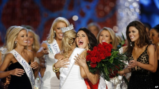 Contestants congratulate new Miss America, Jan 12, 2013.