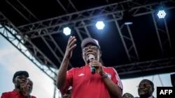 Maurice Kamto, chef du Mouvement pour la renaissance du Cameroun lors d'un meeting pour la prochaine élection présidentielle, à Yaoundé, le 30 septembre 2018.