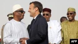 Le président malien Ibrahim Boubacar Keïta serre la main du président français Emmanuel Macron, en présence du président nigérien Mahamadou Issoufou (2ème à droite) et le président tchadien Idriss Déby Itno (à droite), le 2 juillet 2018.