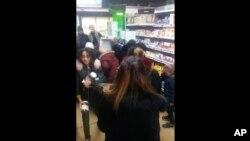 Dalam gambar yang diambil dari video, seorang pelanggan membawa botol selai Nutella cokelat sementara orang lain berkumpul mengelilingi tampilan produk tersebut di supermarket Toulon, Perancis selatan, Kamis, 25 Januari 2018.