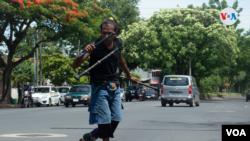 Ignacio Moisés Corea Sánchez se gana la vida haciendo malabares entre los autos en los semáforos de Managua.
