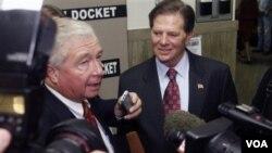 Tom DeLay (kanan) bersama pengacaranya (kiri) dikerubungi wartawan setelah jatuhnya vonis. Pengacara DeLay mengatakan mereka akan naik banding.