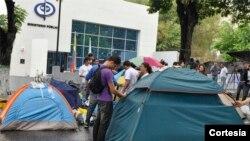Los estudiantes se encuentran frente al Ministerio Público en el estado de Lara en protesta ante la detención de sus compañeros. [Foto: Cortesía, Twitter, El Impulso.com].
