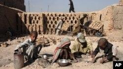دیدهبان حقوق بشر گفته است که کودکان افغان در ۱۹ شغلی که نباید کار کنند، سرگرم کار اند