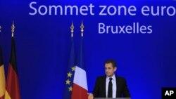 ប្រធានាធិបតិបារាំង លោកនីកូឡាស ហ្សាកូហ្ស៊ី (Nicolas Sarkozy) ធ្វើសន្និសីទកាសែតនៅទីបញ្ចប់ជំនួបកំពូលនៃបណ្តាប្រទេសប្រើប្រាស់ប្រាក់អ៊ឺរ៉ូ នៅទីក្រុងប្រូស៊ែលនៃប្រទេសប៊ែលហ្ស៊ីកនៅថ្ងៃទី២៧ ខែតុលា ឆ្នាំ២០១១។