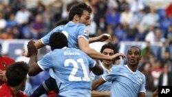 Beberapa pemain Klub Lazio dalam sebuah penampilan mereka. Klub ini kini dibawah penyelidikan UEFA atas tuduhan pelecehan oleh fans mereka terhadap pemain Tottenham.