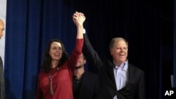 Seneta mteule wa Alabama, Doug Jones (kulia).