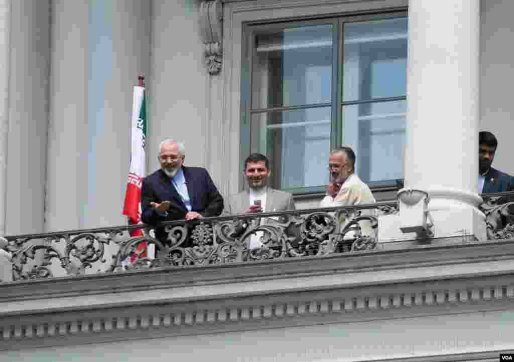 محمدجواد ظریف وزیر خارجه ایران در بالکن هتل کوبورگ وین محل برگزاری مذاکرات اتمی ایران و گروه ۱+۵