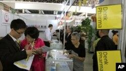 지난 2014년 9월 북한 평양에서 열린 '가을철 국제상품 전람회'에서 방문객들이 상품을 둘러보고 있다. (자료사진)