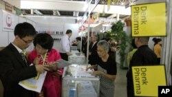 지난달 22일 평양 3대혁명전시관에서 열린 '가을철 국제상품 전람회'에서 방문객들이 상품을 둘러보고 있다. (자료사진)