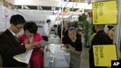 지난 2014년 9월 평양 3대혁명전시관에서 열린 '가을철 국제상품 전람회'에서 방문객들이 상품을 둘러보고 있다. (자료사진)