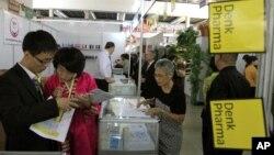 지난해 9월 평양 가을철 국제상품전람회에서 방문객들이 상품을 둘러보고 있다. (자료사진)