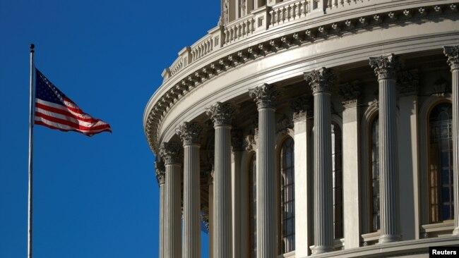 资料照:一面美国国旗飘扬在美国国会山上。