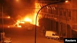 Kendaraan terbakar di luar Splendid Hotel di Ouagadougou, Burkina Faso, 15 Januari 2016, saat diserbu oleh kelompok pria bersenjata Islamis.