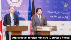 حکمت خلیل کرزی (راست) معین سیاسی وزارت خارجۀ افغانستان با فیلیپ هاموند (چپ) وزیر خارجۀ بریتانیا