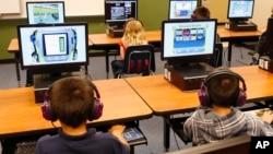 Para siswa menggunakan komputer di laboratorium SD Buchanan di Oklahoma City, AS (foto: ilustrasi).