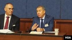 존 루드 미국 국방부 정책담당 차관(오른쪽)이 17일 의회에서 열린 안보 세미나에 참석했다. 왼쪽은 리키 엘리슨 미사일 방어옹호동맹(MDAA) 회장.