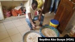 Un Sénégalais travaille le ''ngalakh'', à Dakar, le 12 avril 2017. (VOA/Seydina Aba Gueye)