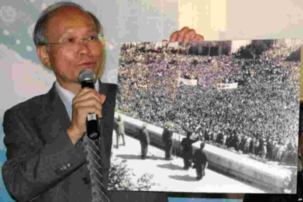 林政则手持蒋介石夫妇在中山堂庆祝台湾光复的照片