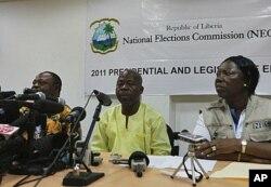 Le président de la CEN James Fromayan (au c.) annonce les résultats préliminaires à Monrovia, le 13 october 2011