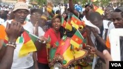 Thanh niên tham gia cuộc tuần hành ở Yaounde ủng hộ những binh sĩ đang chiến đấu chống lại Boko Haram, 28/2/2015.
