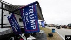 El presidente Donald Trump dará la orden partida de la famosa carrera automovilística. En la foto, banderas de Trump ondean al borde de la pista antes de la visita del mandatario este domingo. Febrero 14 de 2020. AP.