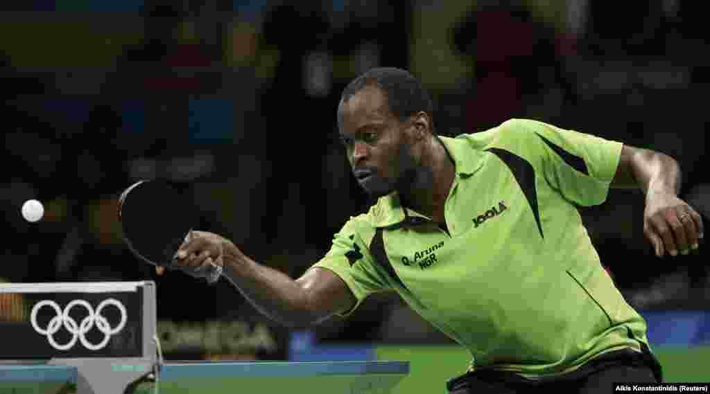 Le Nigérian Quadri Aruna joue contre le Chinois Ma Long lors de la compétition du tennis de table, à Rio de Janeiro, Brésil, le 9 août 2016.