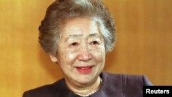 Tư liệu: Bà Sadako Ogata, Cao Ủy Trưởng Tị nạn LHQ phát biểu tại tp Bonn, Đức, ngày 2/2/1999. REUTERS/Michael Urban/File Photo