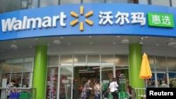 中国广东深圳的一家沃尔玛超市正在营业。(2018年4月4日)