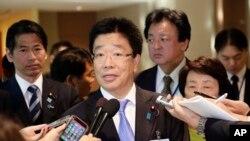 Katsunobu Kato, ministro japonés a cargo de los casos de secuestro, responde a periodistas en la sede de la ONU el jueves, 3 de mayo, de 2018.