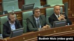 Ministar poljoprivrede u vladi Kosova Nenad Rikalo (u sredini) na današnjoj sednici Skupštine Kosova. Levo je potpredsednik Vlade Kosova i ministar za povratak i zajednice Dalibor Jevtić, desno predsednik Vlade Kosova Ramuš Haradinaj