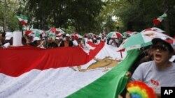 ຊາວອີຣ່ານພັດຖິ່ນ ທີ່ສະໜັບສະໜຸນກຸ່ມ Mujahedin-e Khalq ປະທ້ວງການມາຢ້ຽມຢາມສະຫະປະຊາຊາດ ຂອງປະທານາທິບໍດີ Ahmadinejad ທີ່ນະຄອນນິວຢອກ (22 ກັນຍາ 2012)