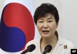 ປ. ເກົາຫຼີໃຕ້ ທ່ານນາງ Park Geun-hye ຂຶ້ນຖະແຫຼງຕໍ່ສະມາຊິກກຸ່ມອາສາສະມັກໃນທຳນຽບປະທານາທິບໍດີ ໃນນະຄອນໂຊລ, ເກົາຫຼືໃຕ້