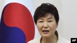 Tổng thống Hàn Quốc Park Geun-hye phát biểu trong bữa ăn trưa với các thành viên của một tổ chức từ thiện tại phủ tổng thống ở Seoul, ngày 20/8/2015.