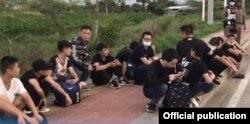 မိုးေရးျမစ္ေခၚ ေသာင္ရင္းျမစ္ကုိျဖတ္ၿပီး ခုိး၀င္လာလုိ႔ ဖမ္းဆီးခံရတဲ့ တ႐ုတ္ႏုိင္ငံသားမ်ား။ (ဇူလိုင္ ၁၂၊ ၂၀၂၀။ ဓာတ္ပုံ - Thai Police)