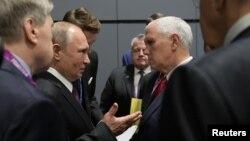 Ông Putin và Phó Tổng thống Pence trao đổi bên lề hội nghị thượng đỉnh Đông Á ở Singapore hôm 15/11.