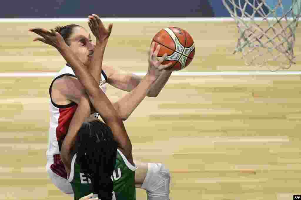 U.S. player Diana Taurasi (TOP) tries to gain control of the ball with Nigeria's forward Adaora Elonu during the FIBA 2018 Women's Basketball World Cup quarter final match in San Cristobal de la Laguna on the Canary island of Tenerife.